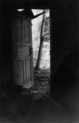 černobílá fotografie dveří