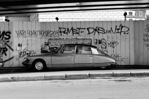 Černobílá fotografie starého Citroenu