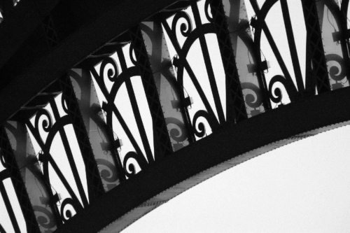 Detailní fotografie Eifellovy věže v Paříži