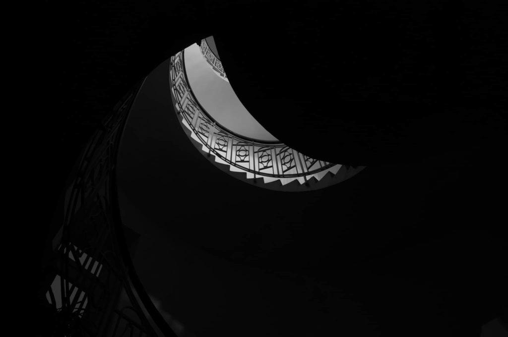 Černobílá fotografie schodiště