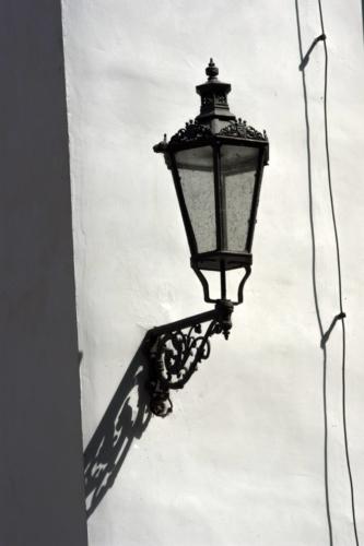 Detailní fotografie lucerny na stěně