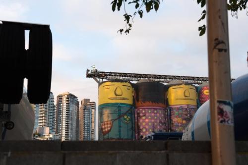 Fotografie města - sila s malůvkami ve Vancouveru