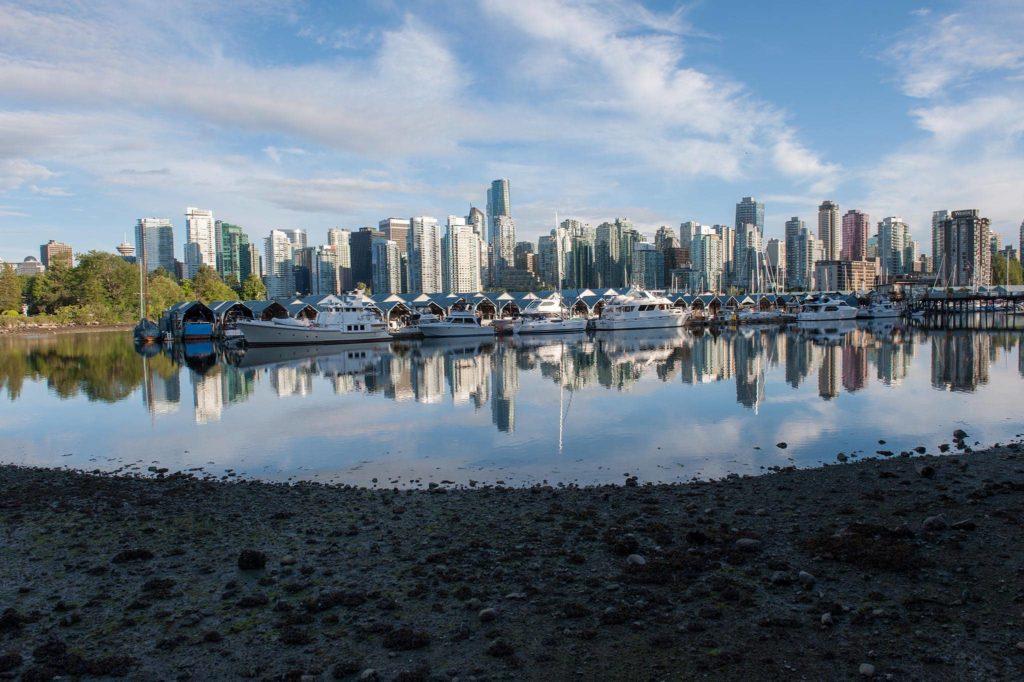 Fotografie města - zátoka s loděmi ve Vancouveru