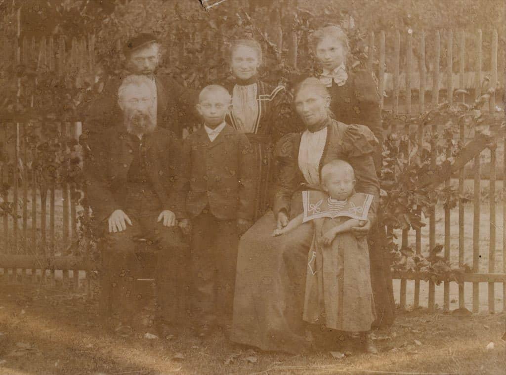 Historická poškozená fotografie